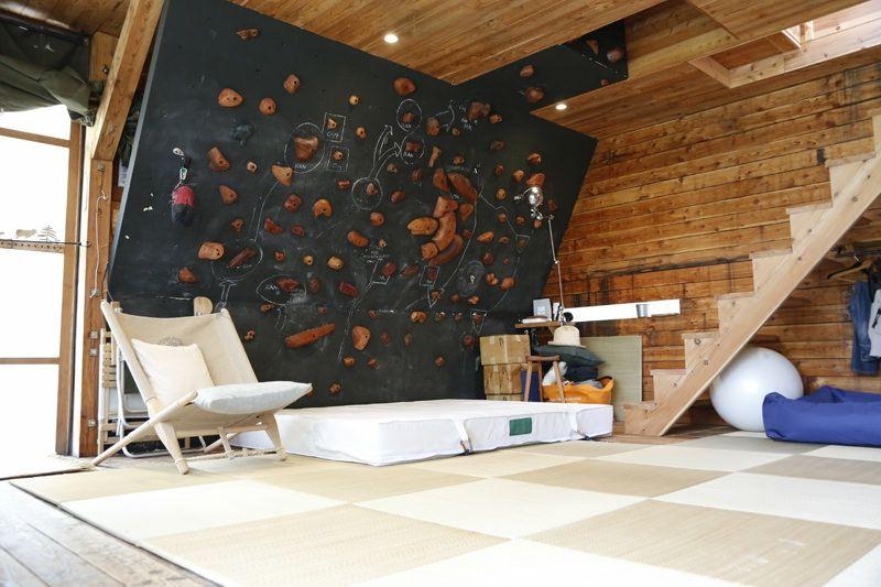 bardage bois intrieur mur descalade matelas de rception et fauteuil