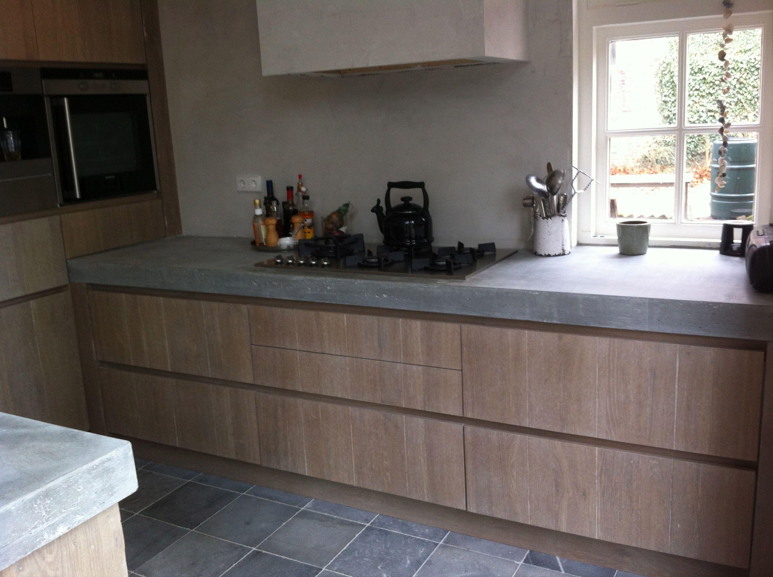 Robuuste oud eiken geloogde keuken met betonblad by Natural-living.