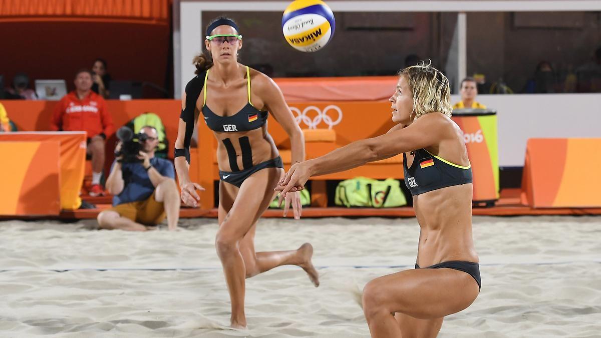 Meisterschaft Im Beachvolleyball Olympia Heldinnen Baggern Wieder Im Sand Beach Volleyball Volleyball Olympics