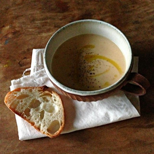 けさのミネストローネをミキサーでガーして豆乳で伸ばしました。  明日の朝ごはんにしようと思ったけど、今食べたいし。明日の朝起きたら米食べたいかもしれんし。 - 110件のもぐもぐ - 色んな野菜と豆乳のポタージュ。 by t6u318