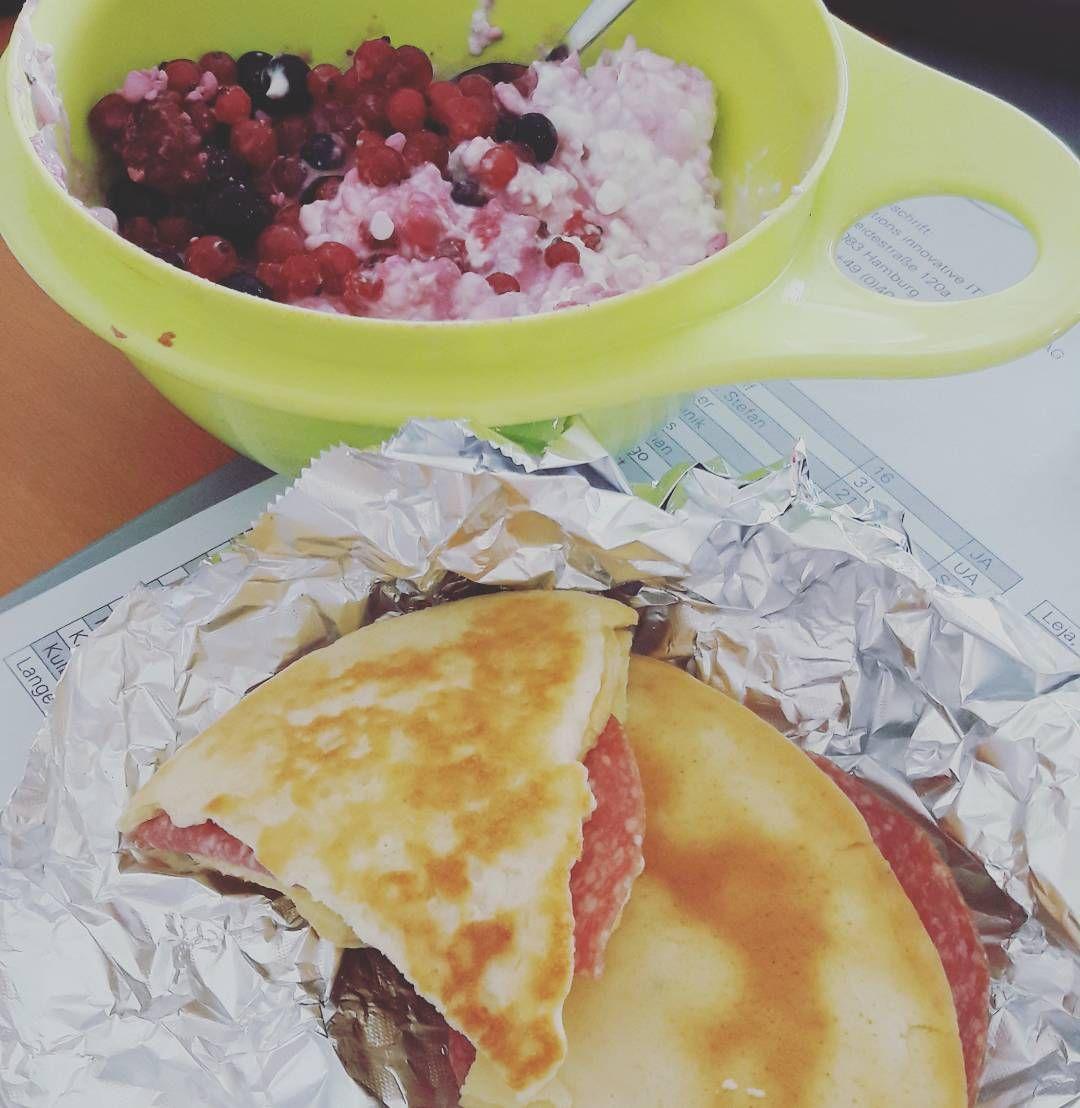 Guten Morgen ihr Lieben.  Zum Frühstück  gab es gerade einen Becher  körniger Frischkäse mit Beeren und einen Pfannkuchen mit Frischkäse und Salami.  Bombenlecker aber den ganzen Frischkäse habe ich nicht geschaft.  Somit stimmen die Angaben die nun kommen nicht  ganz mit dem überein was ich gerade gegessen habe.  663kcal 96K 43F  575Ei Ein nicht so guter SKR von 064 aber der Frischkäse musst weg... #essen #Ernährung #eating #pfannkuchen #LCHFdeutsch #lchfdeutschland #lowcarbeating #lowcarb…