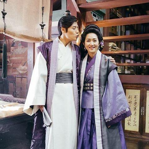 why he keeps taking photos with that duckface-pose? . . . @dlwlrma @galpos3 @hjonghyun @actor_jisoo @baekhyunee_exo @k_hanna_ @z_hera @skawngur @seojuhyun_s @actor_jg . . #ScarletHeartRyeo #보보경심려 #moonlovers #scarletheart #leejieun #iu #jisoo #namjoohyuk #leejunki #kanghaneul #baekhyun #l4l #leejoongi #sbs #이지은 #아이유 #지수 #남주혁 #이준기 #강하늘 #백현#hongjonghyun #홍종현 #exo #yoonsunwoo #seohyun #서현 #like4like #dlwlrma #달의연인