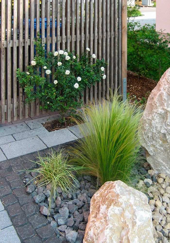 Pflegeleichter Vorgarten mit großen Steinen und Gräsern - vorgartengestaltung mit steinen und grasern