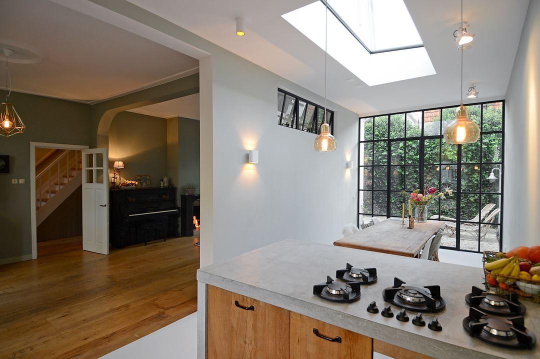Keuken Uitbouw Design : Stalen pui met deuren in uitbouw keuken vanaf binnen gezien