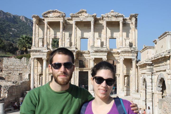 Dani y Roser en la Biblioteca de Celso, Éfeso