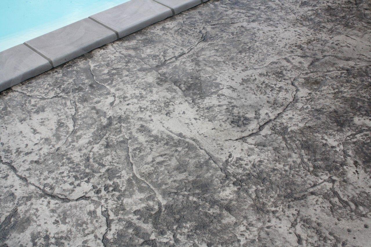Plage De Piscine En Beton Decoratif Gris Marbre Beton Mhd Rahon Jura Betondecoratif Rocher Decoration Beton Piscine Beton Beton