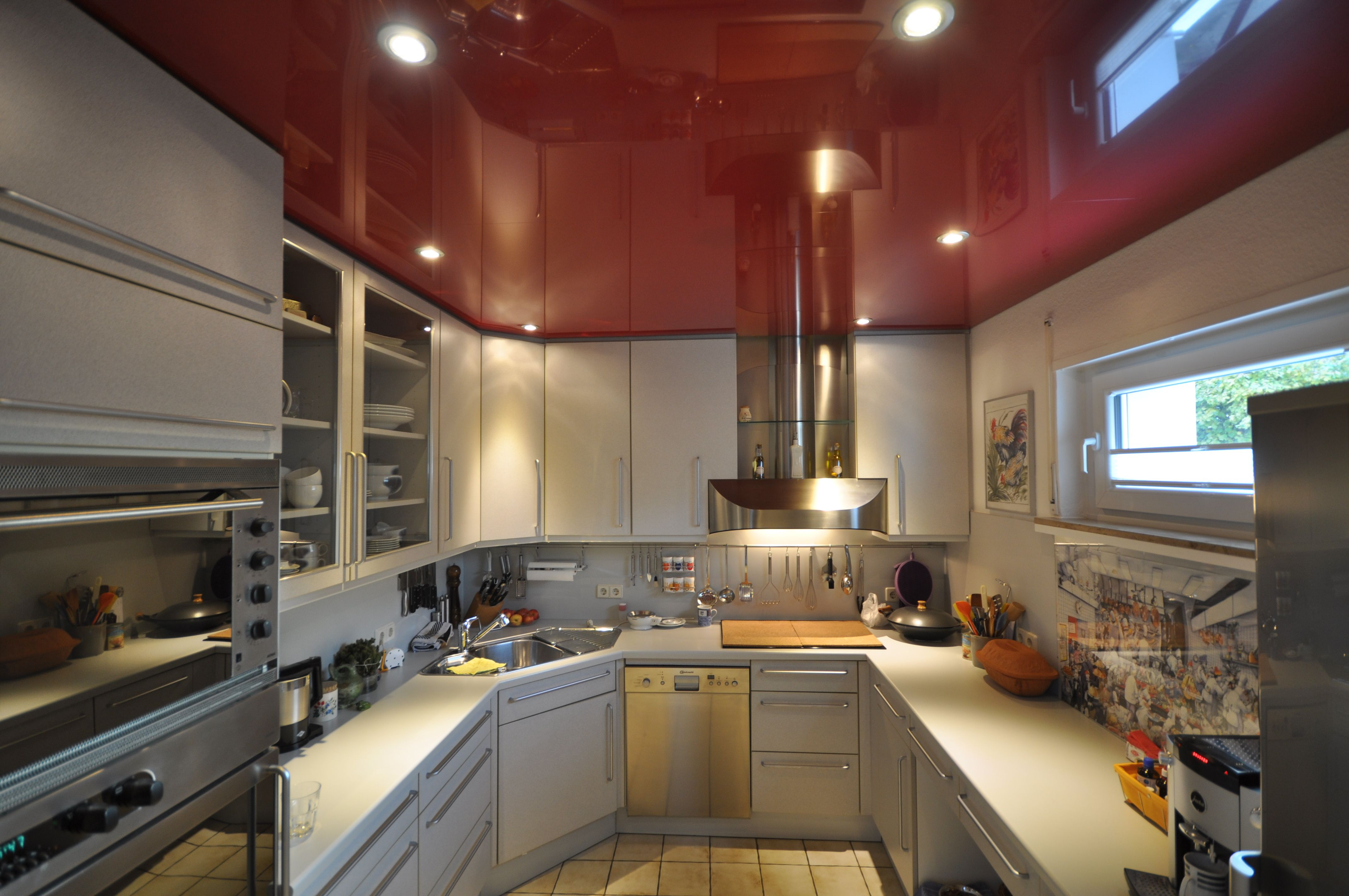 rote spanndecke in der k che mit led einbaustrahlern kueche decke kochen rot design. Black Bedroom Furniture Sets. Home Design Ideas