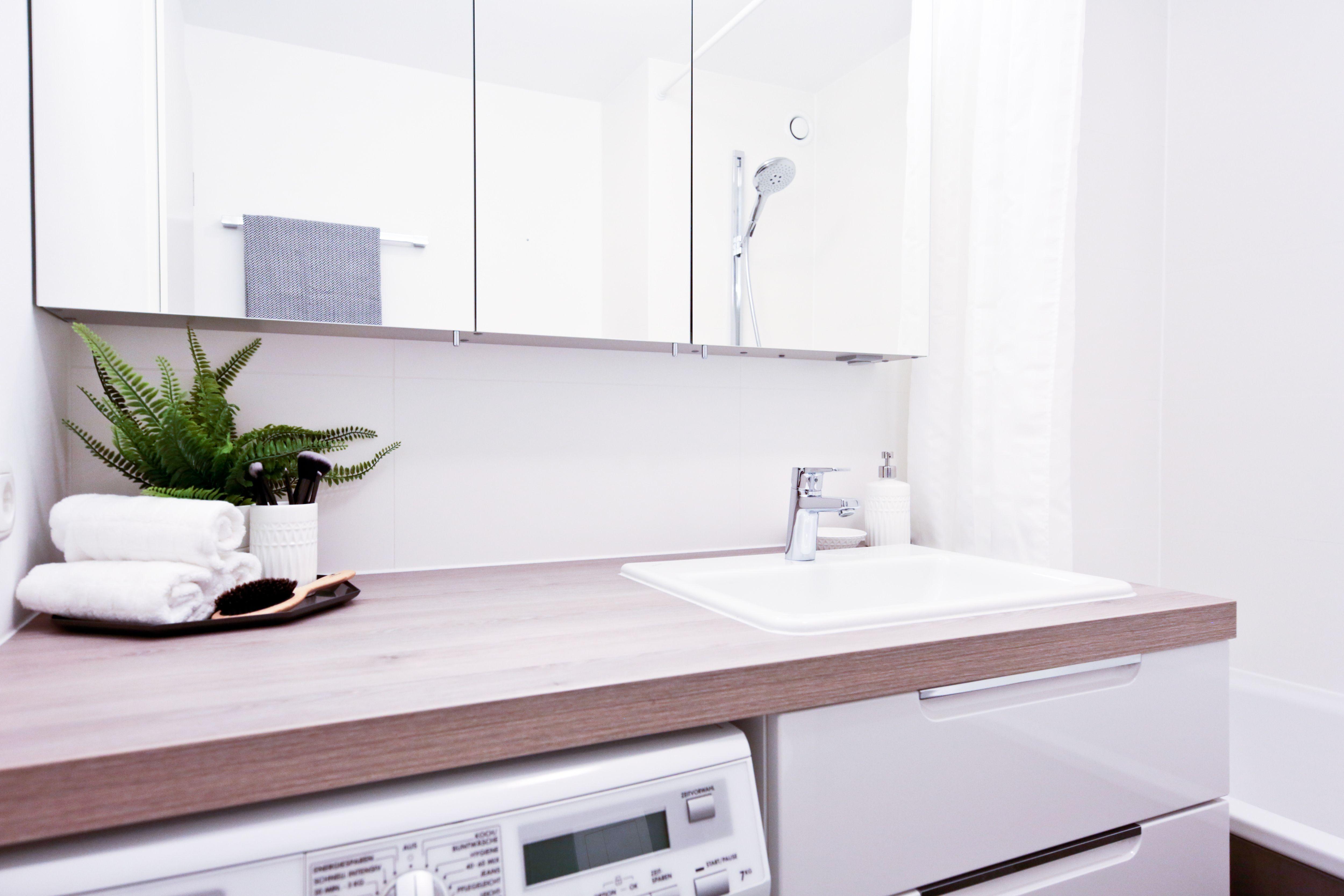 Waschtischplatte Aus Holz Integriert Praktisch Die Waschmaschine Banovo Badsanierung Badrenovierung Wannenbad Modern Badsanierung Badrenovierung Sanierung