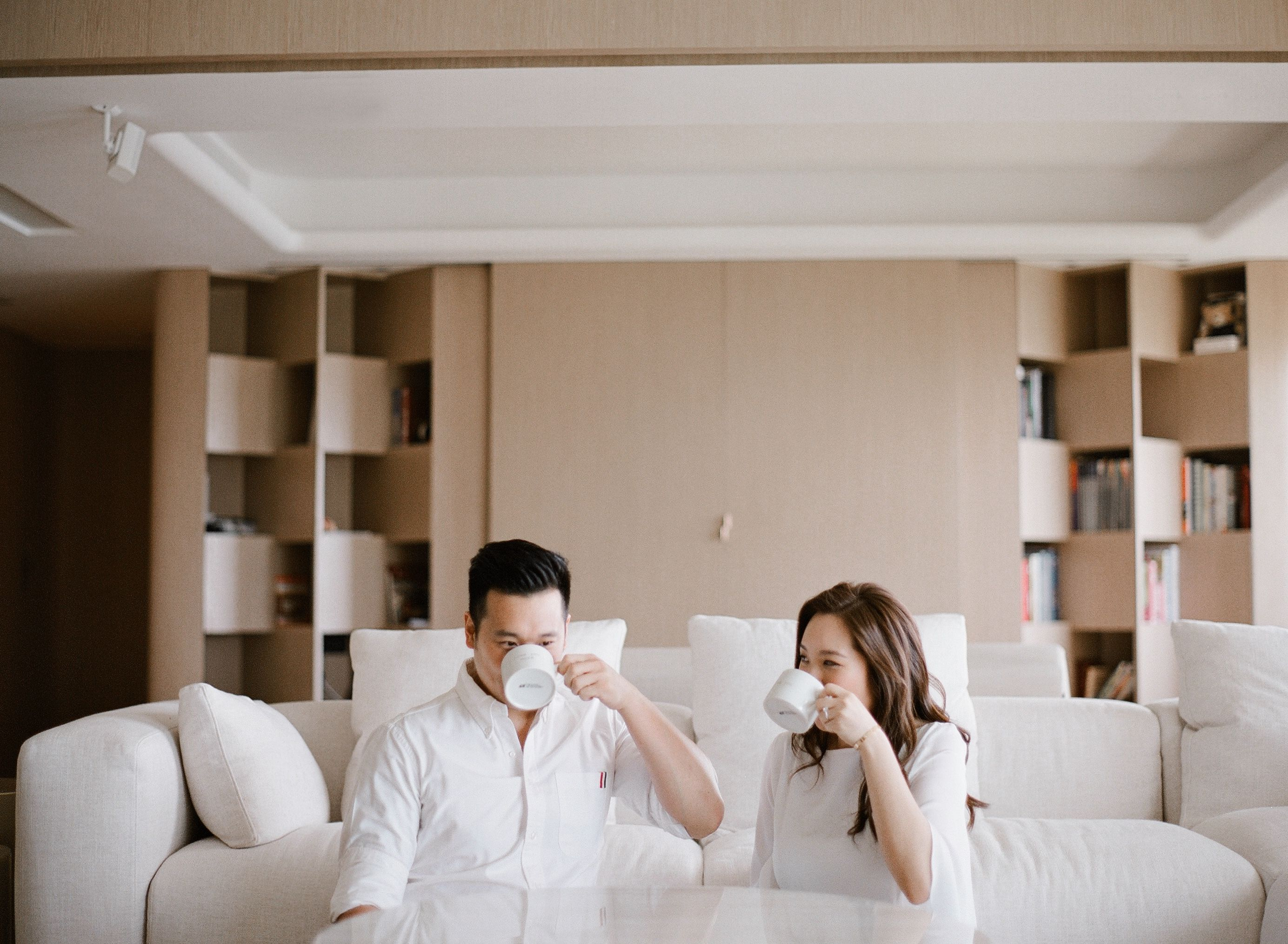 A Relaxed And Charming Engagement Shoot In The Couples Home In Hongkong Pre Wedding Photos Pre Wedding Poses Pre Wedding