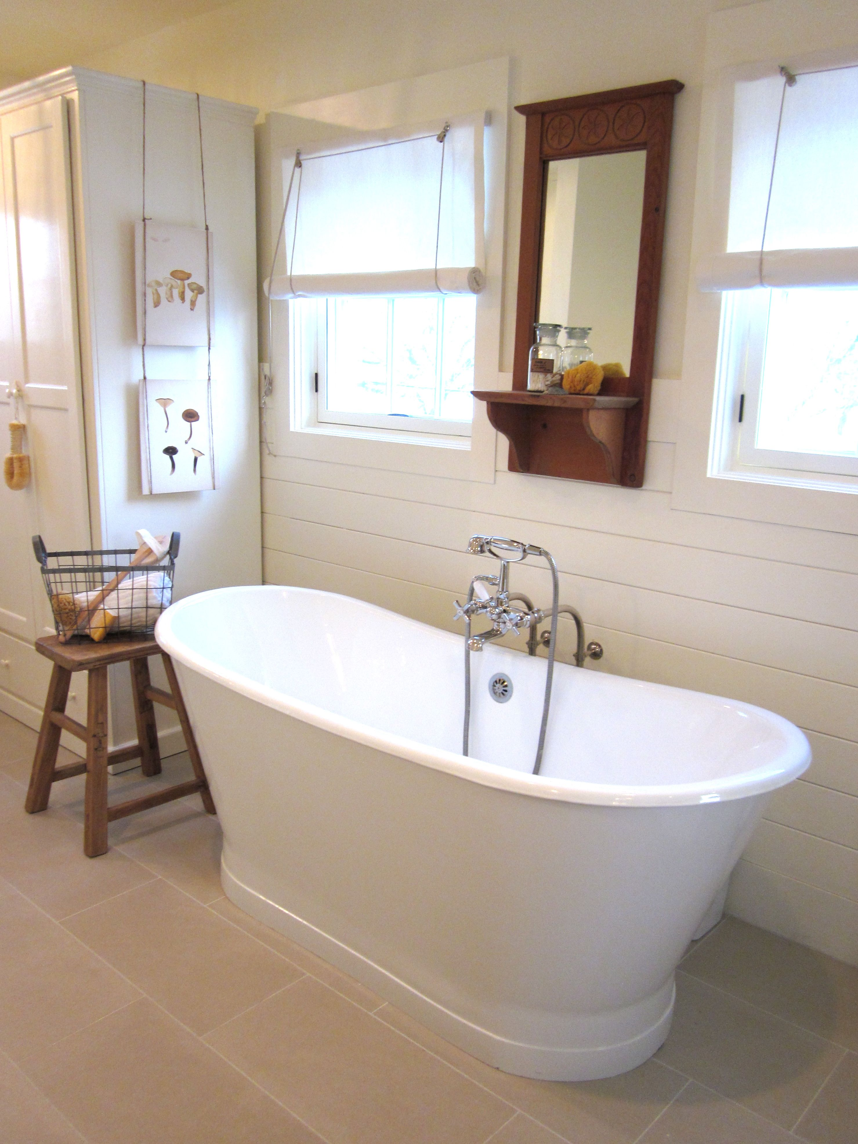 tiny bathroom with clawfoot tub - home decorating