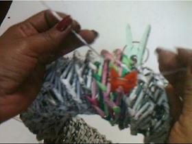 Creerás que esta corona está elaborada con tiras de papel? Pues si !! muy sencilla de hacer, solo necesitas varillas de papel (busca mi t...