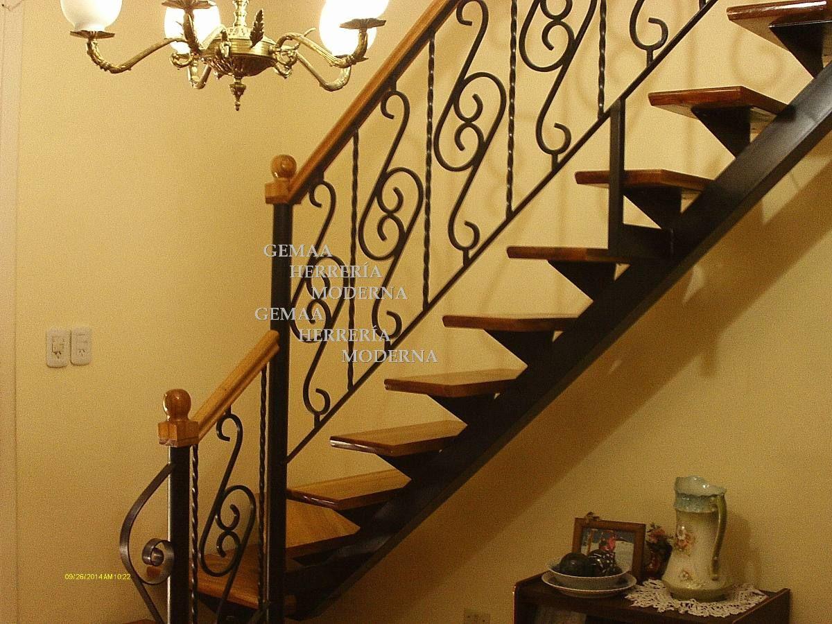 Escaleras con barandas de dise o en hierro y madera lan s for Casas con escaleras de madera
