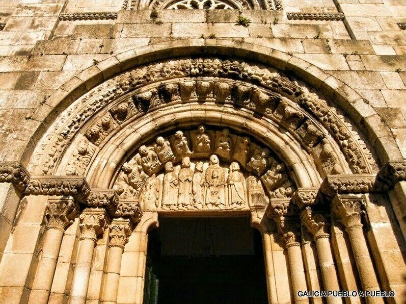 Colegiata De Sta María Del Campo A Coruña La Portada Principal Data De 1250 Con Arco De Medio Punto Y Arquivoltas S San Gabriel Arcángel Capiteles Siglo Xv