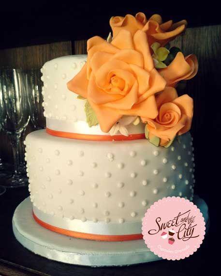 Polka Dot wedding cake / Tarta de Boda con flores naranjas www.sweetandthecity.com