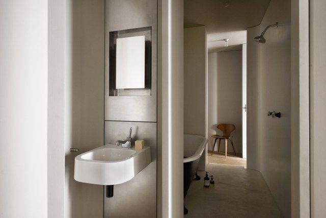 Salle de bain minimaliste Inox Douche et baignoire retro