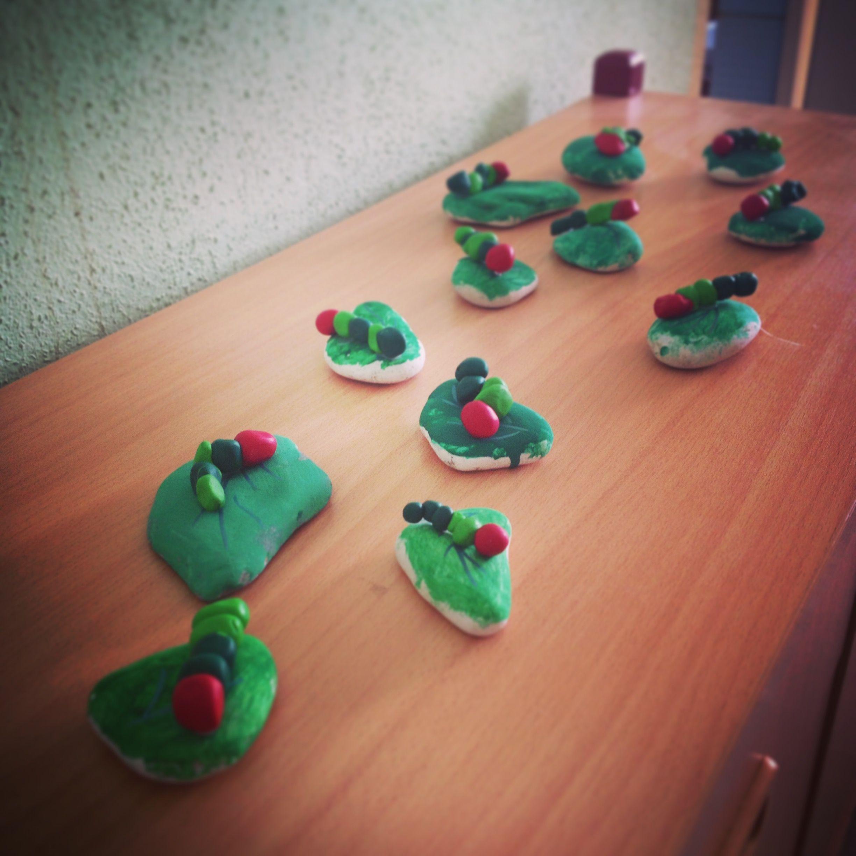 Raupe nimmersatt projekt bemalte steine und raupe aus fimo thema steng caterpillar hungry - Raupe basteln kindergarten ...