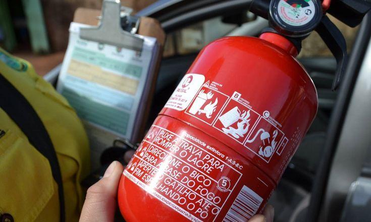 segurando extintor de incêndio carro