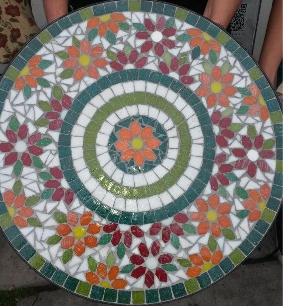 Mesa de hierro decorada en mosaico veneciano mesas for Mesa mosaico jardin