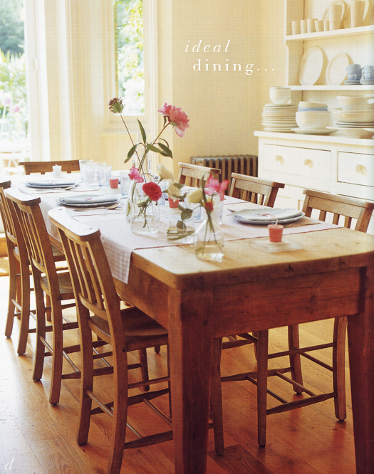 Wood table pink flowers stacked dishes perfect home for Comedores para el hogar