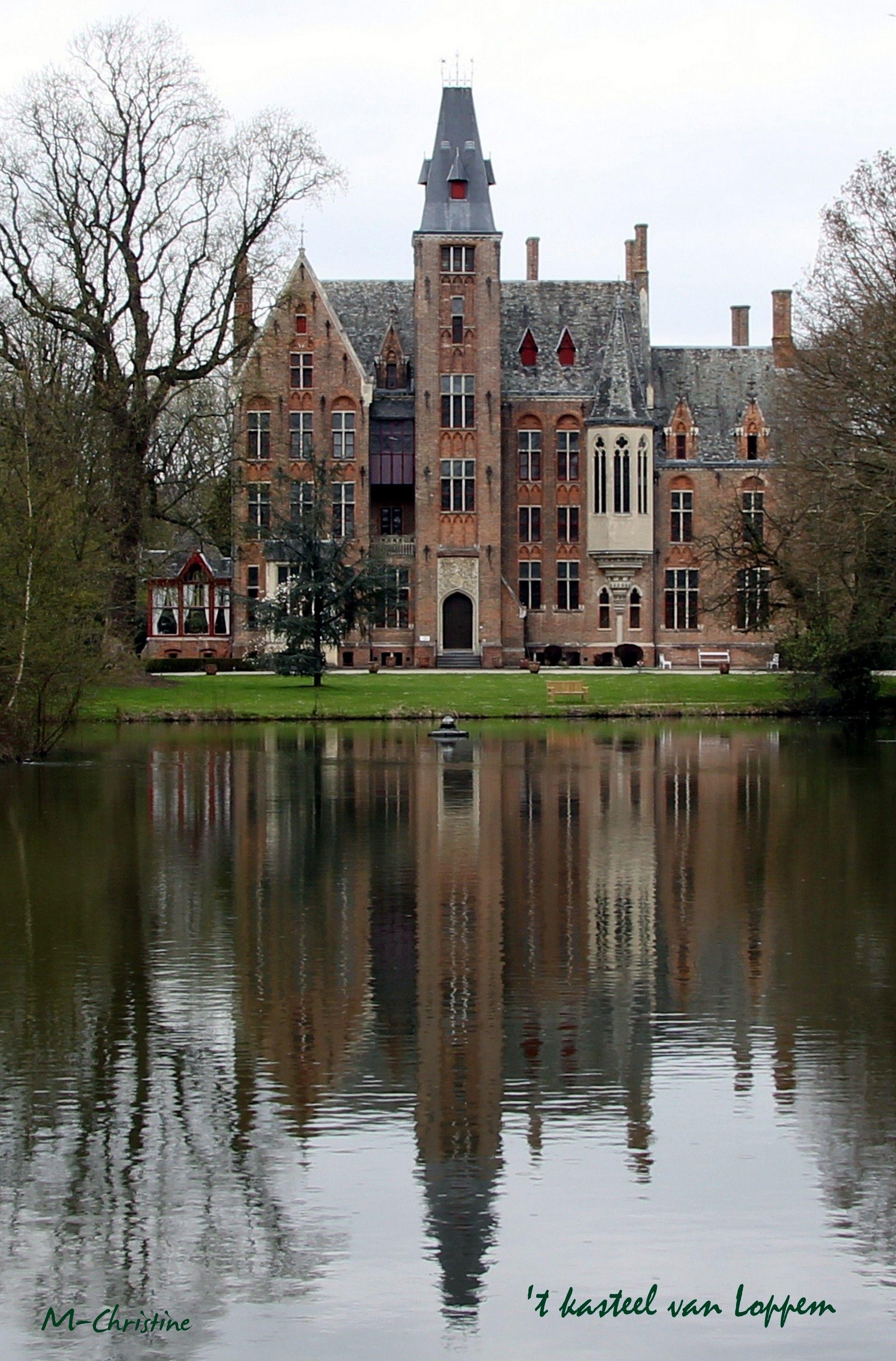 Château de Loppem, Belgique. Le château est édifié en 1856, à la demande du Baron Charles van Caloen, à l'emplacement d'une demeure néoclassique, bâtie en 1778, sur les plans de l'architecte anglais Edward Walby Pugin, dans un style néogothique flamand. L'ensemble de la décoration de style néo-médiéval est intégralement conservé. En 1918, le château est le quartier général de l'armée belge et le siège du gouvernement de Lophem. Le parc est aménagé en 1851 par le paysagiste Jean Gindra.