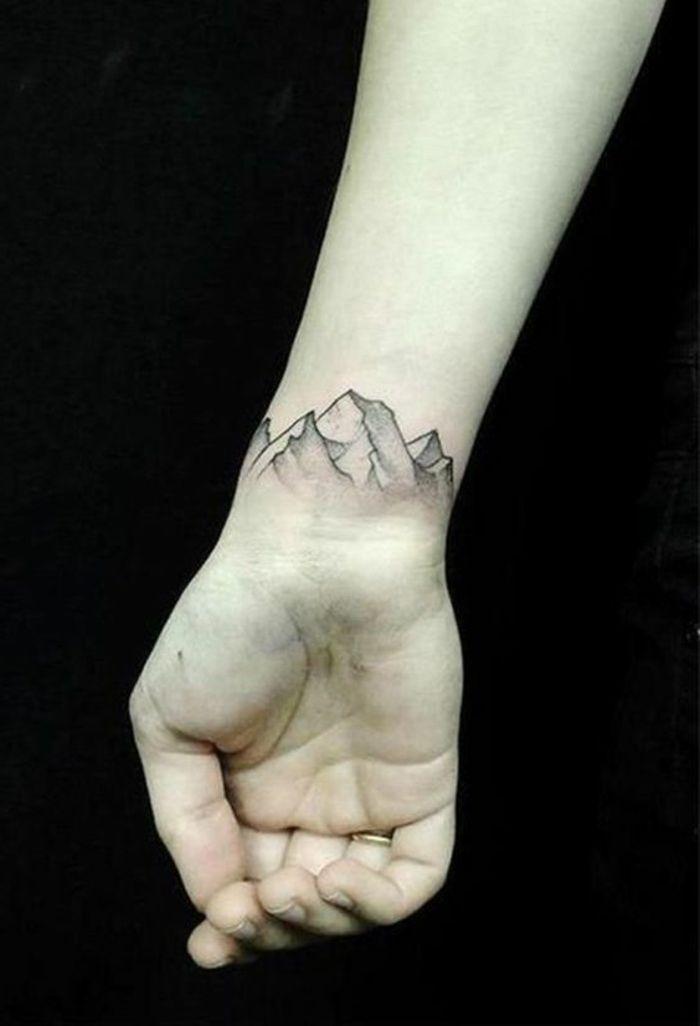 tatouage fin femme, tatouage féminin poignet, tatoo stylé montagnes, tatoo  fin femme