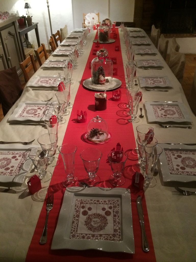une vue d 39 ensemble de la table du no l papy mamie en blanc et rouge une nappe blanche un. Black Bedroom Furniture Sets. Home Design Ideas