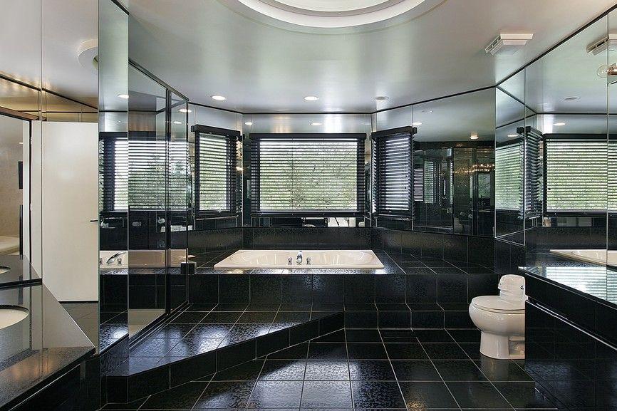 Alle schwarzen riesige Luxus-Badezimmer mit eingelassene Badewanne