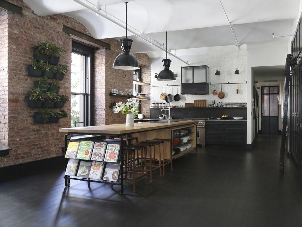 Backsteinmauern, viel Grün, Holz-Arbeitsplatten und Metallschränke - industrielle stil wohnung