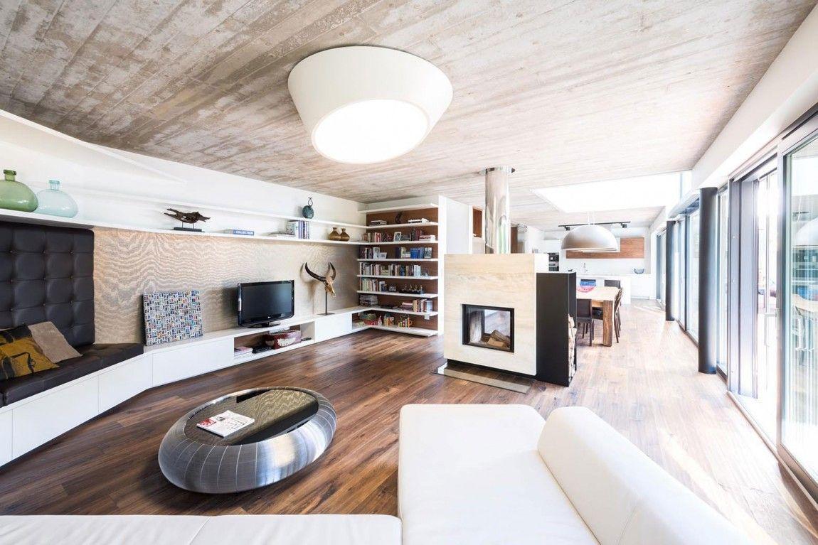 In Wohnbereich integrierte Sideboards, Regale und Sitzbank