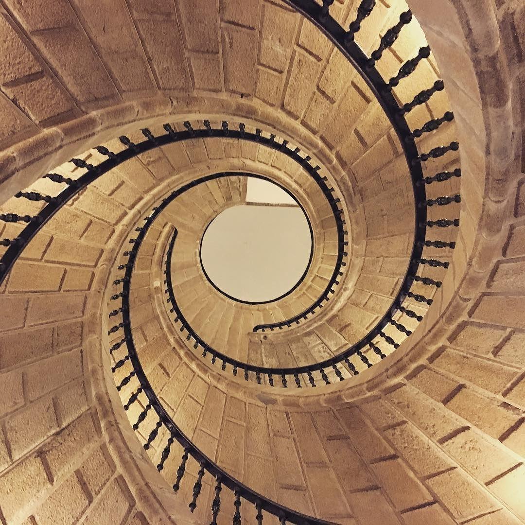 Suba por la primera escalera a la primera planta o por la segunda al entresuelo o por la tercera a la segunda... o no #escaleras #espiral #holidays #galicia #feelingood #juntos