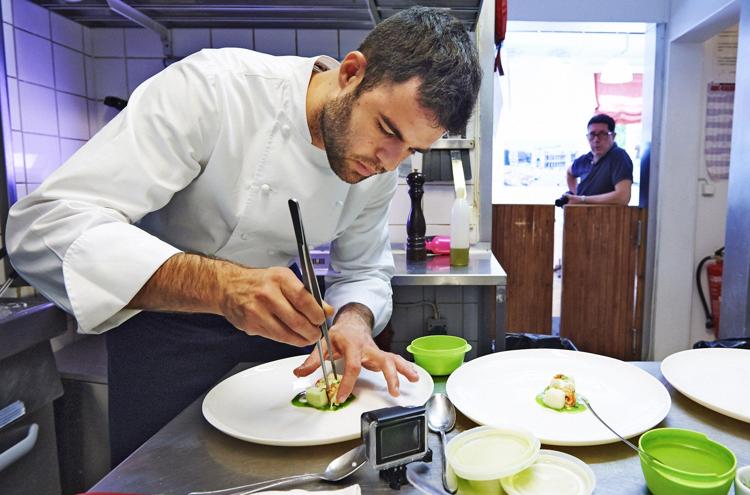 - Suomalaiset ja italialaiset ovat niin täysin erilaisia, että kommunikointi ei ole aina helppoa, miettii Sergio´s-ravintolan keittiömestari Barnardo Costantino. Taustalla ravintoloitsija Sergio Mansicalo.