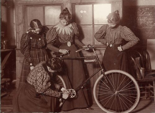 All The Cool Chicks Wrench Their Own Bikes Bicicletas