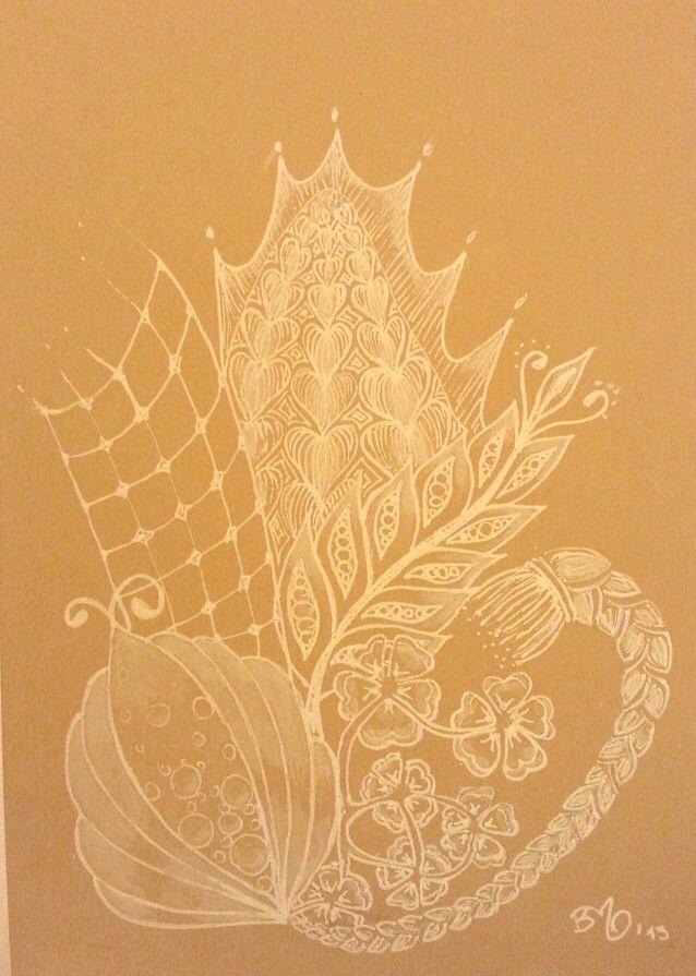 Weißer Gelstift auf braunem Zeichenkarton.
