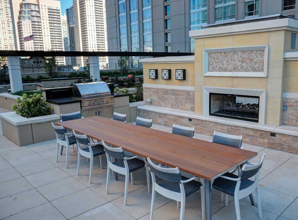 Outdoor kitchen, bar and grilling stations at AMLI River