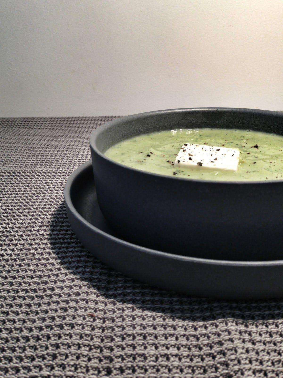 Velouté de courgettes au kiri : 4 courgettes - 1 pommes de terre (ou 2 petites) - 2 gousses d'ail - 2 kiri - Huile d'olive - Sel, poivre - Environ 1l. d'eau bouillante salée