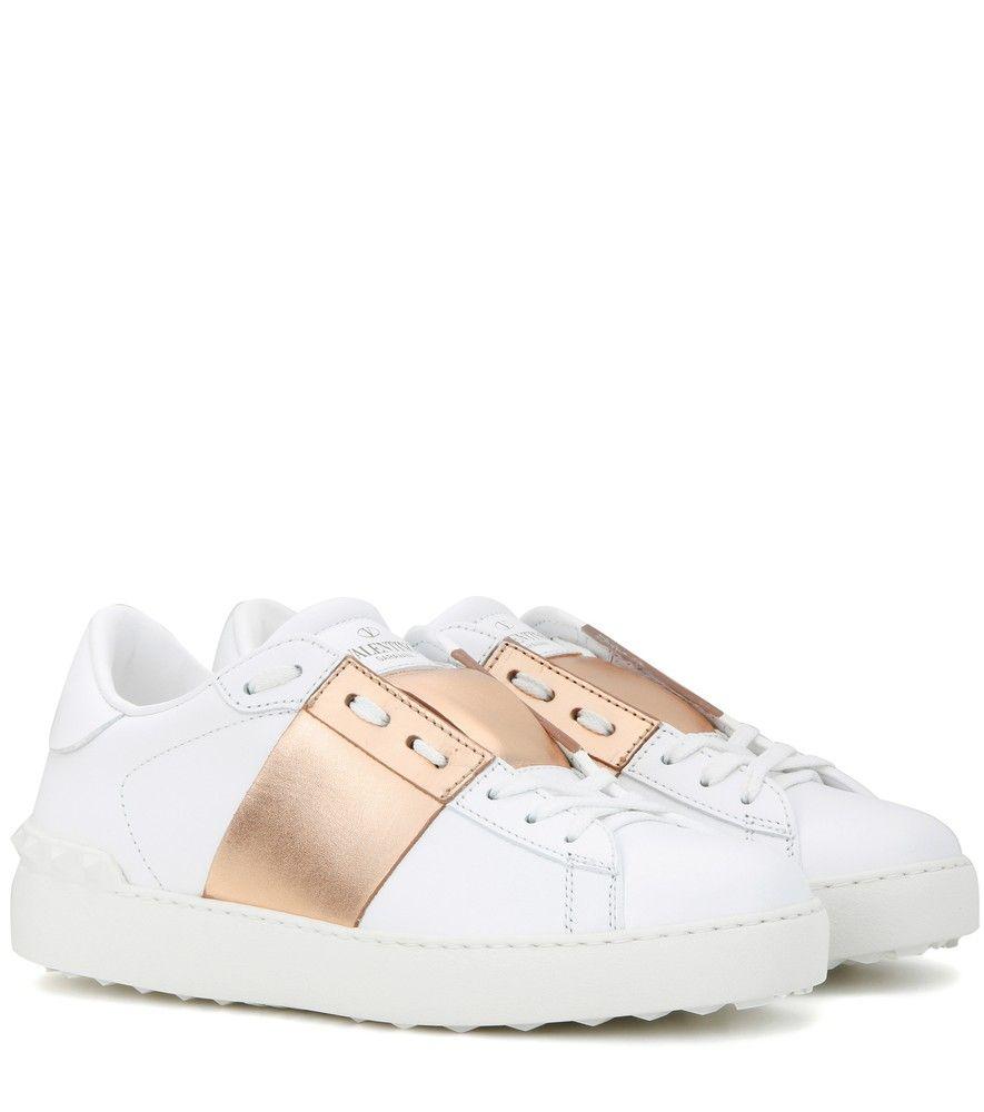 best website b6ecb e8740 Valentino - Baskets en cuir Rockstud - Confectionnées en cuir blanc, ces  baskets signées Valentino sont contrastées d un empiècement couleur or rose  au ...
