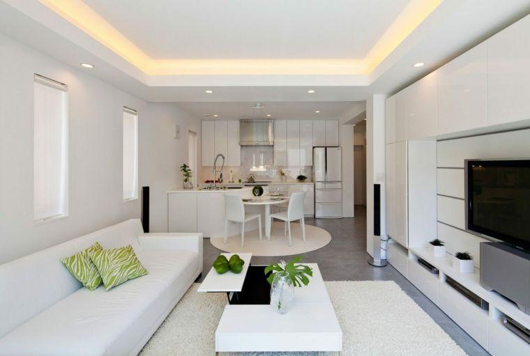 open space arredato quasi totalmente in bianco con un divano ...