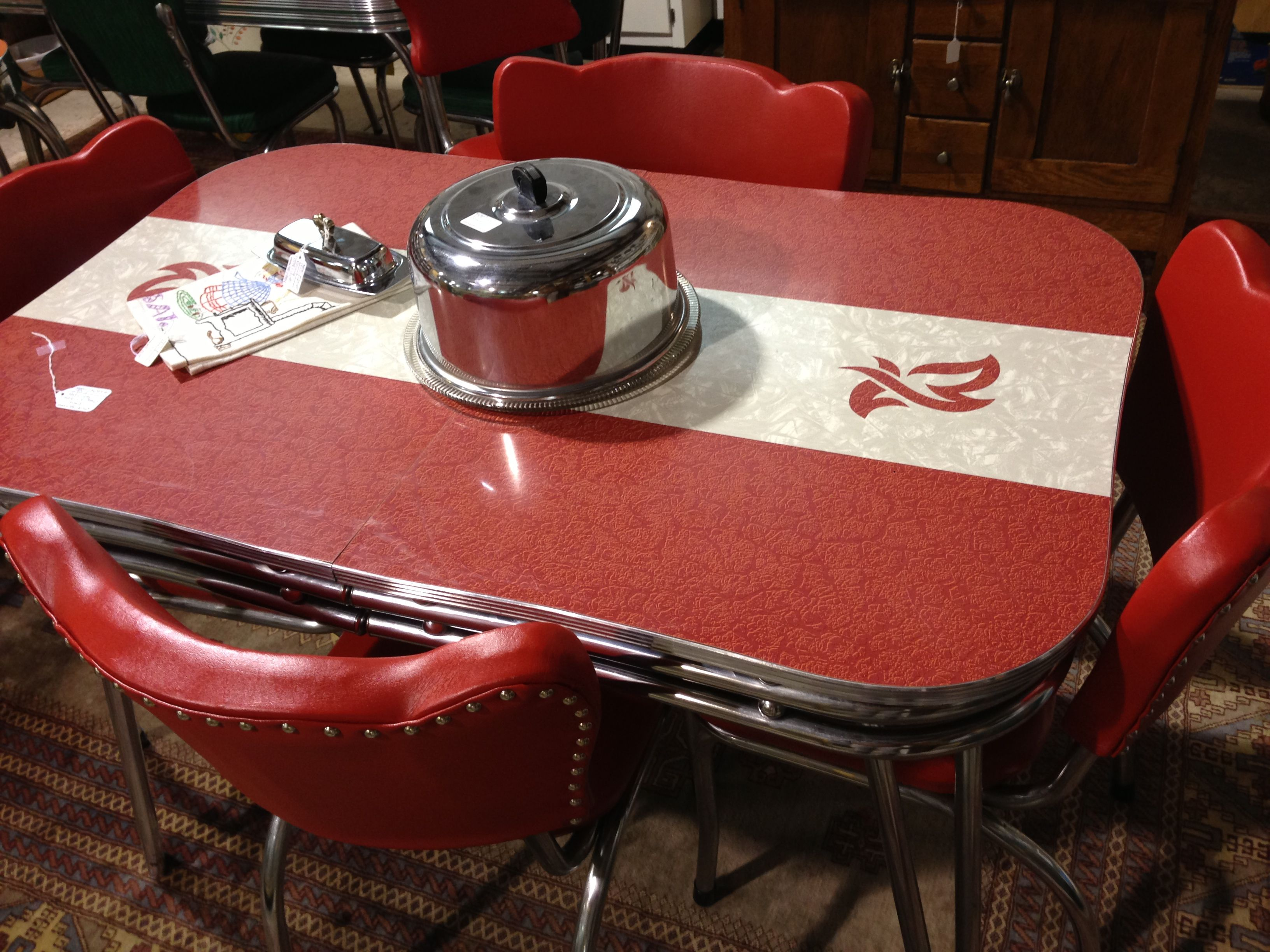 Love this retro kitchen table Kitschy Kitchens