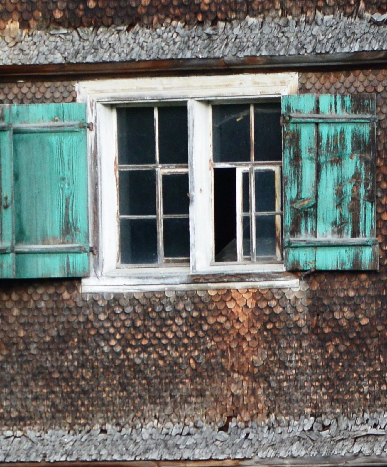 Classroom window decoration  altes Fenster an einem mit Schindel verkleideten BregenzerwaldHaus