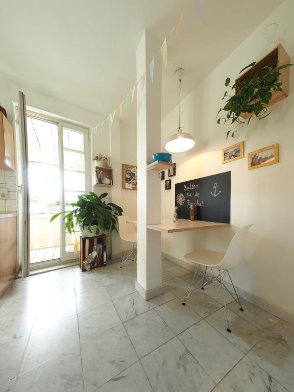 Wohnen in Stuttgart Mitte - Stuttgarter Küche mit Sitzgelegenheit - küche fliesen boden