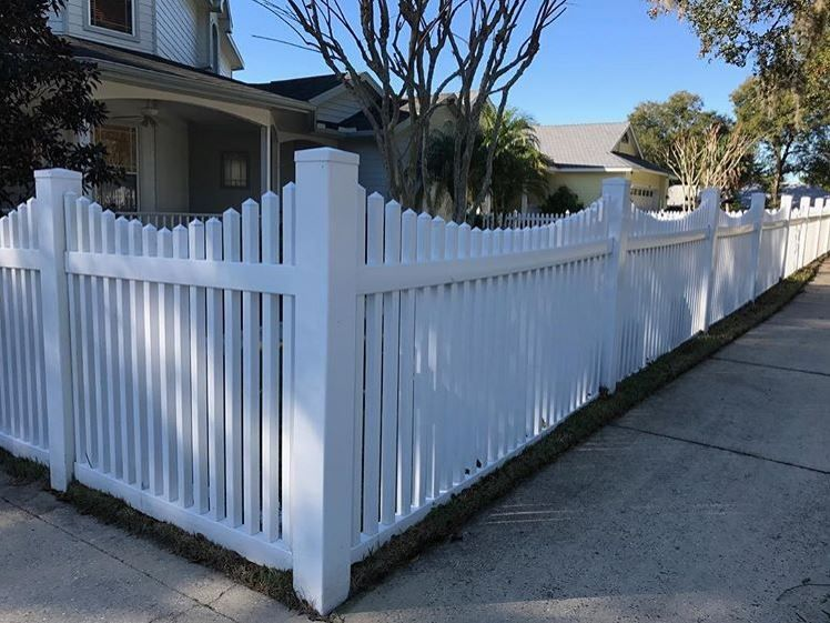 White Picket Fence Line For The Front Yard Entrance 4 Ft Tall Scalloped Pvc Picket Fence By Mossy Oak Fence Compan Fence Design Vinyl Fence White Vinyl Fence