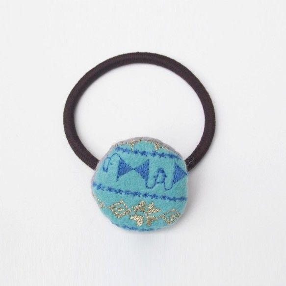 水色のフェルト生地に青と金色の糸で模様を刺繍しました。小さめの丸いヘアゴムです。【品番】40006_002【サイズ】W3cm×H3cm×...|ハンドメイド、手作り、手仕事品の通販・販売・購入ならCreema。