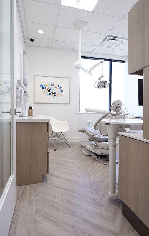 Vanwege visgraatvloer en houtkleur | Office | Dental office design ...