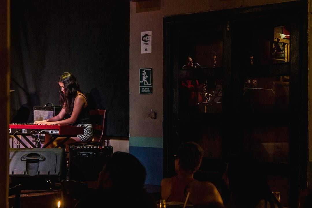 """Ella y el piano """"Márcame tus versos en mi mano"""" #music #piano #musician #girl #musicshow #performance #reflection #concert #bar #nord #pianist #livemusic #liveshow #night #light #people #candle #stage #concert #instrument #indoors"""
