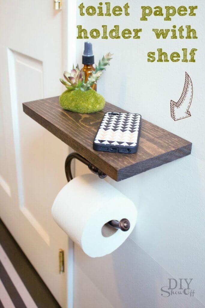 DIY-Toilettenpapierhalter mit gebeiztem Holzregal bietet Platz.  #bietet #gebeiztem #holzregal #platz #toilettenpapierhalter #stainedwood