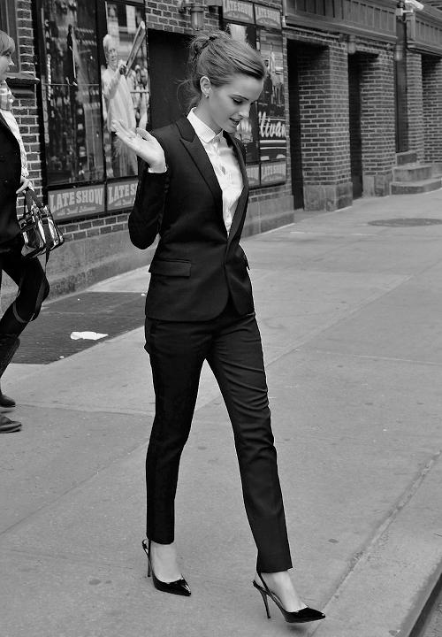 Style Watch - Emma Watson  Style Not Trend  Anzug in Kombination mit spitz  zulaufenden Schuhen wirken echt elegant. bfa2bf66e4