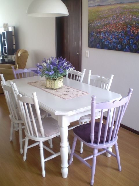 Jogo de jantar restaurado na cor palha com 2 cadeiras lilás by Cláudia Fuckner, via Flickr