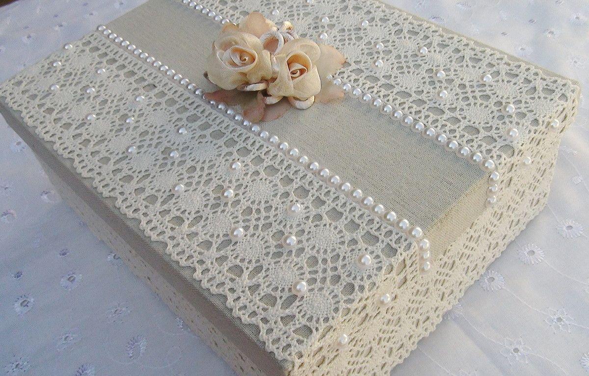 Caixa revestida com tecido 100% algodão, com apliques em renda e chatons pérola.