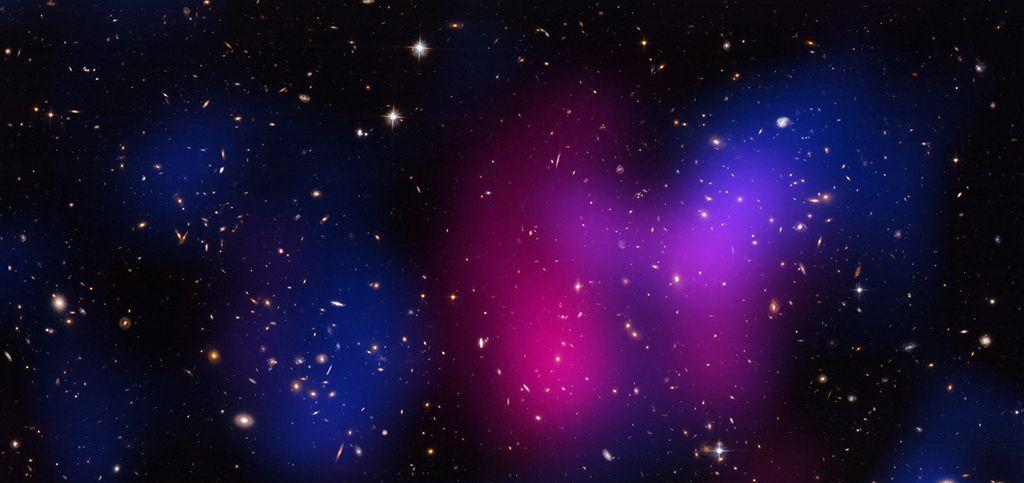 C'è una nuova forza oscura nell'Universo?  Studiando la collisione di due enormi ammassi galattici, gli astronomi hanno trovato tracce di una forza sconosciuta che rallenta la materia oscura  Leggi l'articolo su Galileo (http://www.galileonet.it/articles/50eebe6ca5717a42ce000003)  Credits immagine: X-ray: NASA/CXC/UCDavis/W.Dawson et al; Optical: NASA/STScI/UCDavis/W.Dawson et al.