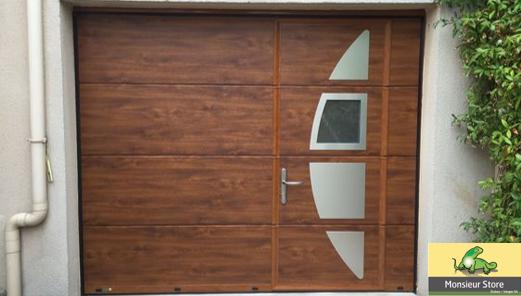 Porte De Garage Sectionnelle Plafond Motorisee Avec Portillon Panneaux Aluminium Avec Insertions Decoratives Design Ton Bois Gamme E Porte Garage Garage Portes